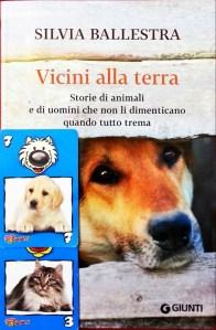 Vicini alla terra Storie di animali e di uomini che non li dimenticano quando tutto trema di Silvia Ballestra